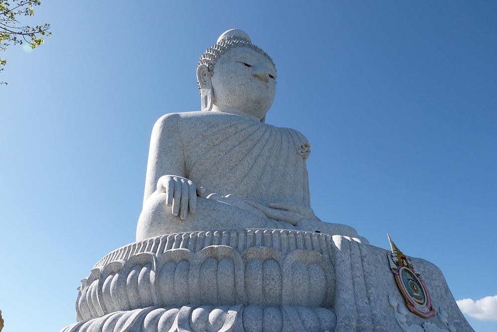 Статуи Большого Будды можно встретить во многих городах Таиланда. Это фото — с острова Пхукет