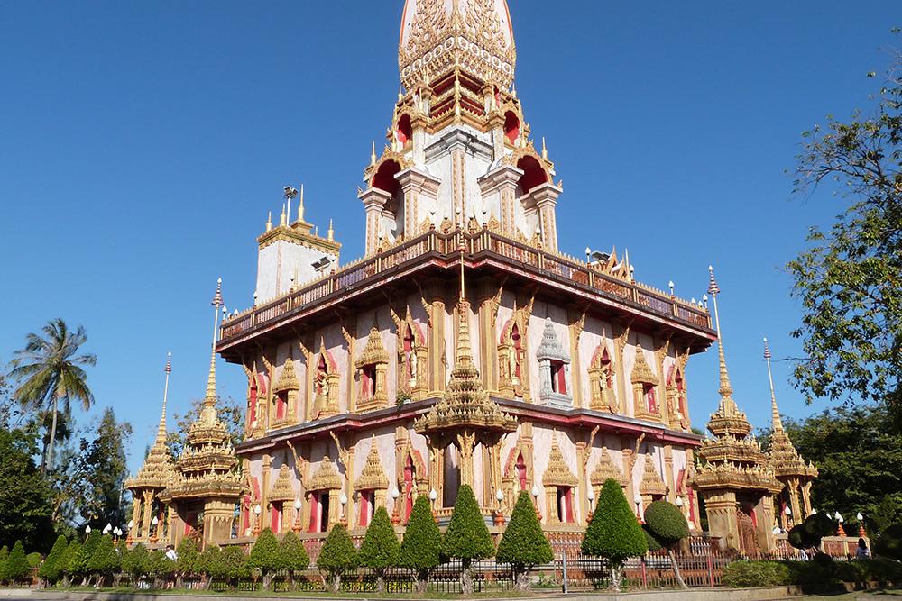 Тайские храмы завораживают своей архитектурой. Это храм Чалонг на Пхукете