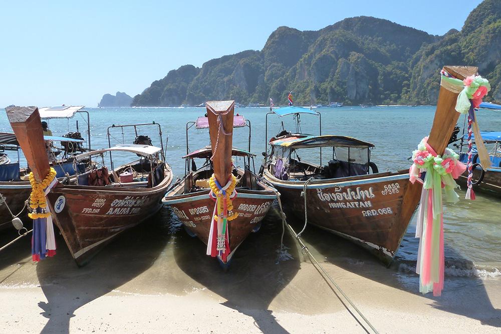 Тайские лодки с яркими лентами давно стали еще одной визитной карточкой Краби