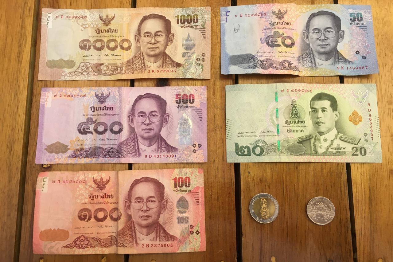 На банкноте 20 бат изображен действующих король Таиланда, на остальных — предыдущий