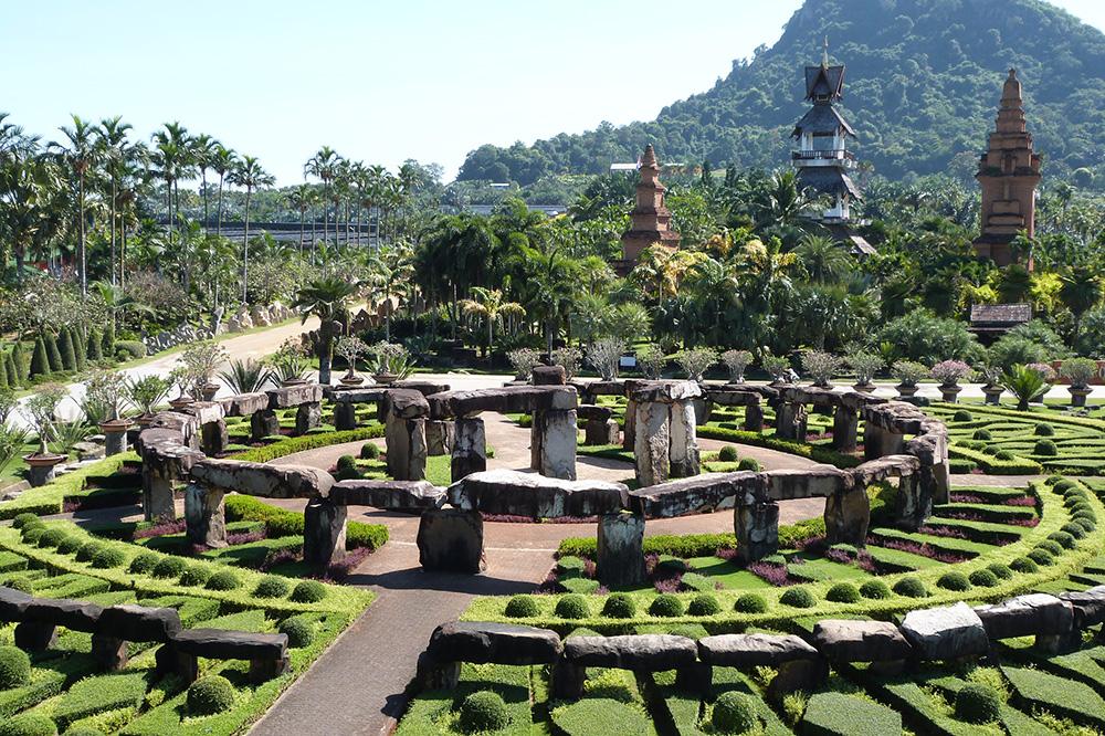 В тропическом саду «Нонг Нуч» есть даже собственная копия Стоунхенджа