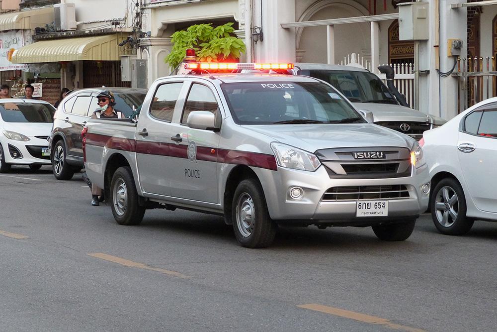 На улицах Пхукета полиция встречалась нам чаще, чем на других курортах Таиланда