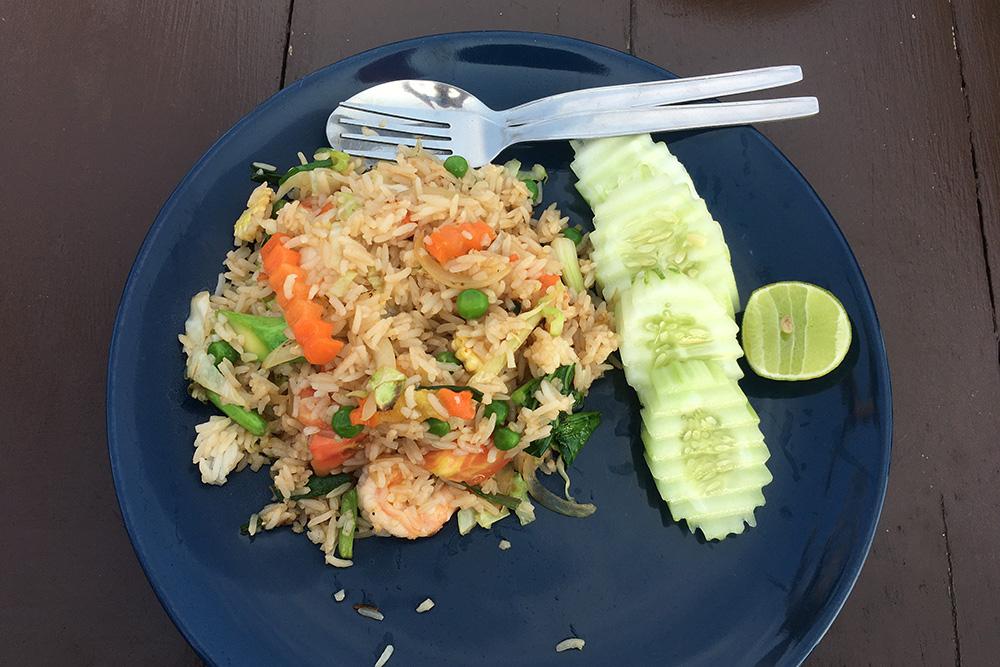 Чтобы не прогневать тайскую богиню риса и не наслать голод, на тарелке не принято ничего оставлять