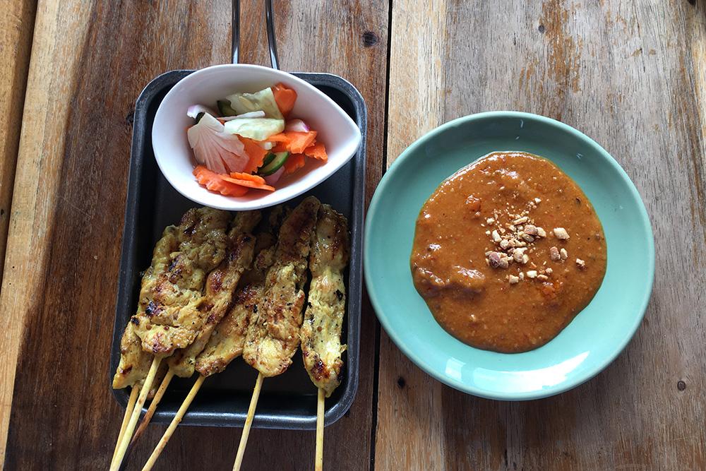 Куриное соте с ореховым соусом полюбилось нам в Индонезии. К сожалению, в Таиланде оно не такое вкусное