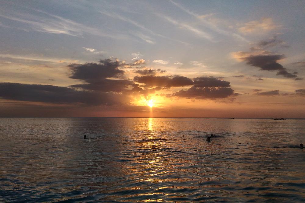 На Пхукете мы любовались красивыми закатами. Солнце падает за морской горизонт
