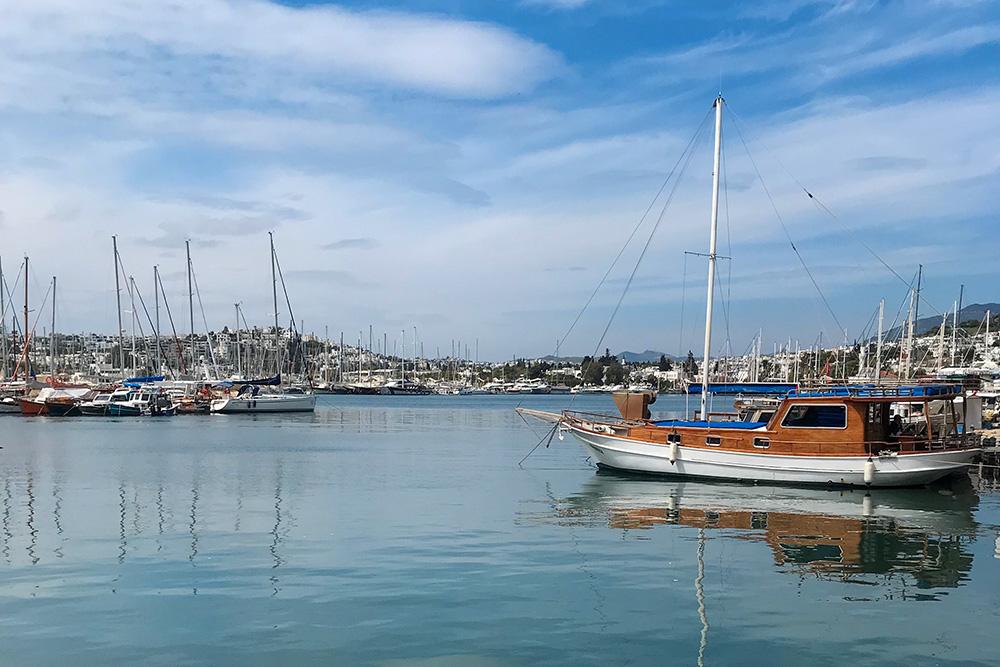 Бодрум — любимое место яхтсменов, здесь часто проходят регаты и есть стоянка для частных судов