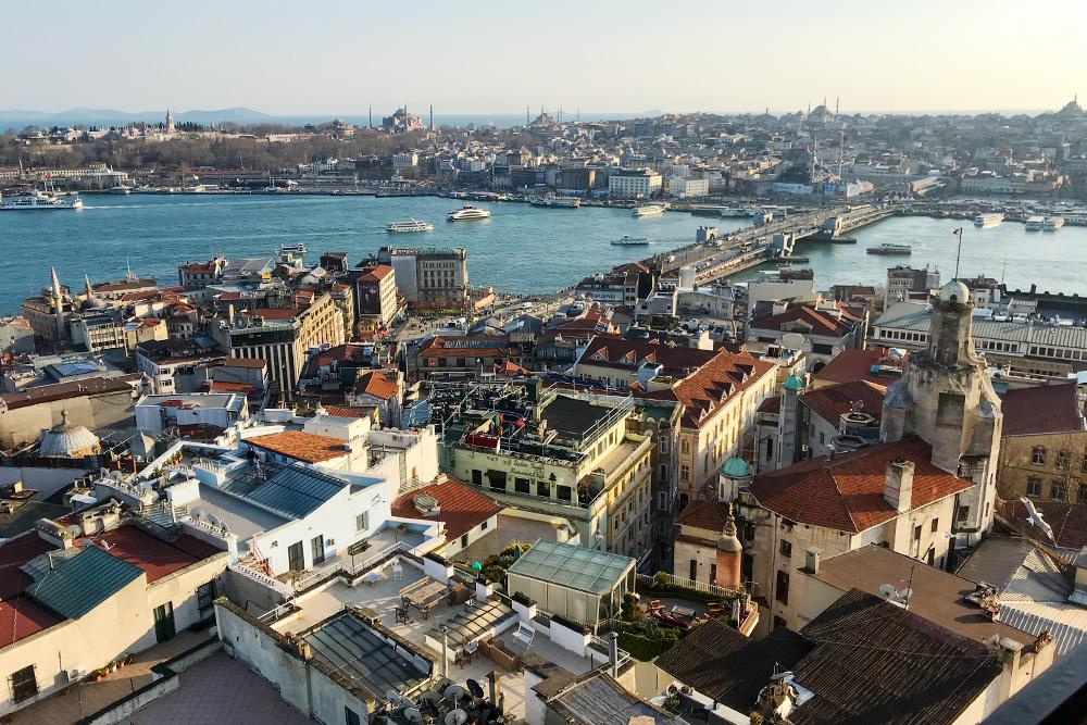 Такой вид на Стамбул открывается с Галатской башни. В проливе Босфор сливаются три моря: Черное, Мраморное и Эгейское