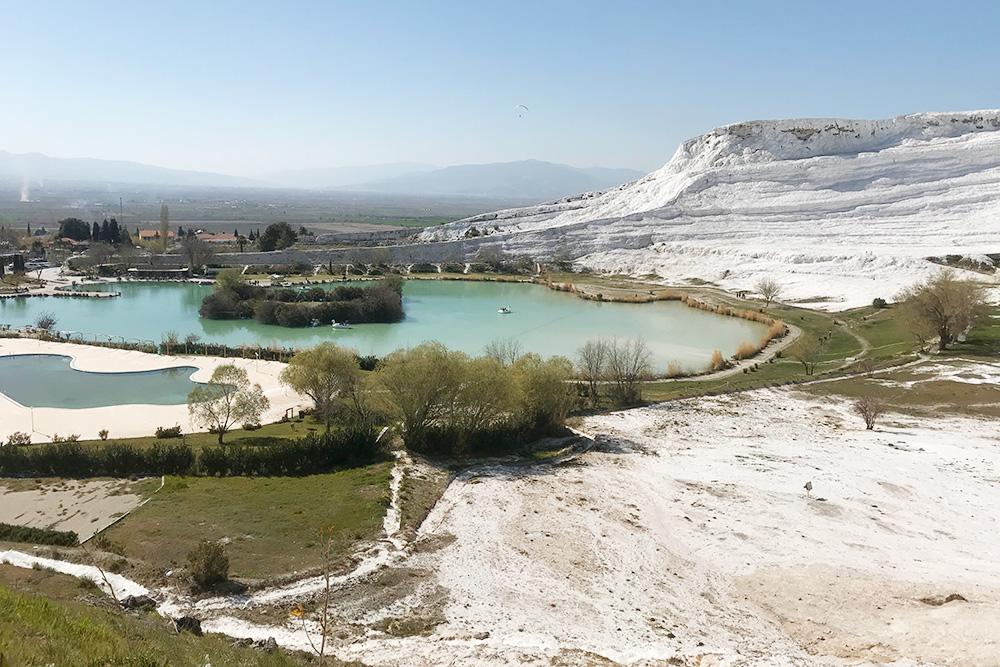 Памуккале переводится с турецкого как «хлопковая крепость» — такое название появилось благодаря ослепительно-белому цвету травертина