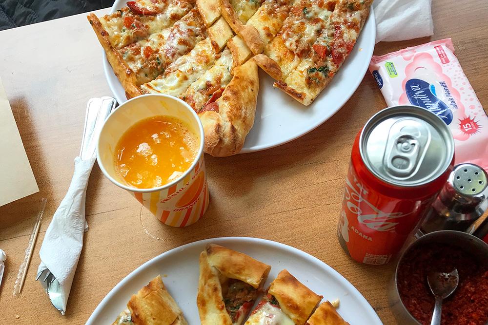 Еще одна разновидность турецкой пиццы называется пиде. Ее готовят на более толстом тесте, а края обязательно загибают