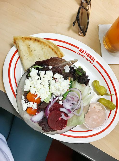 Греческий салат по-американски в аэропорту Детройта. Цена — 6$ (384<span class=ruble>Р</span>). Все ингредиенты обычные, кроме свеклы. Все очень соленое
