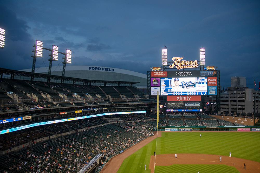Игра длилась больше двух часов, и за это время трижды принимался дождь. Крыши на стадионе нет. Мы прятались под куртками, но все равно промокли