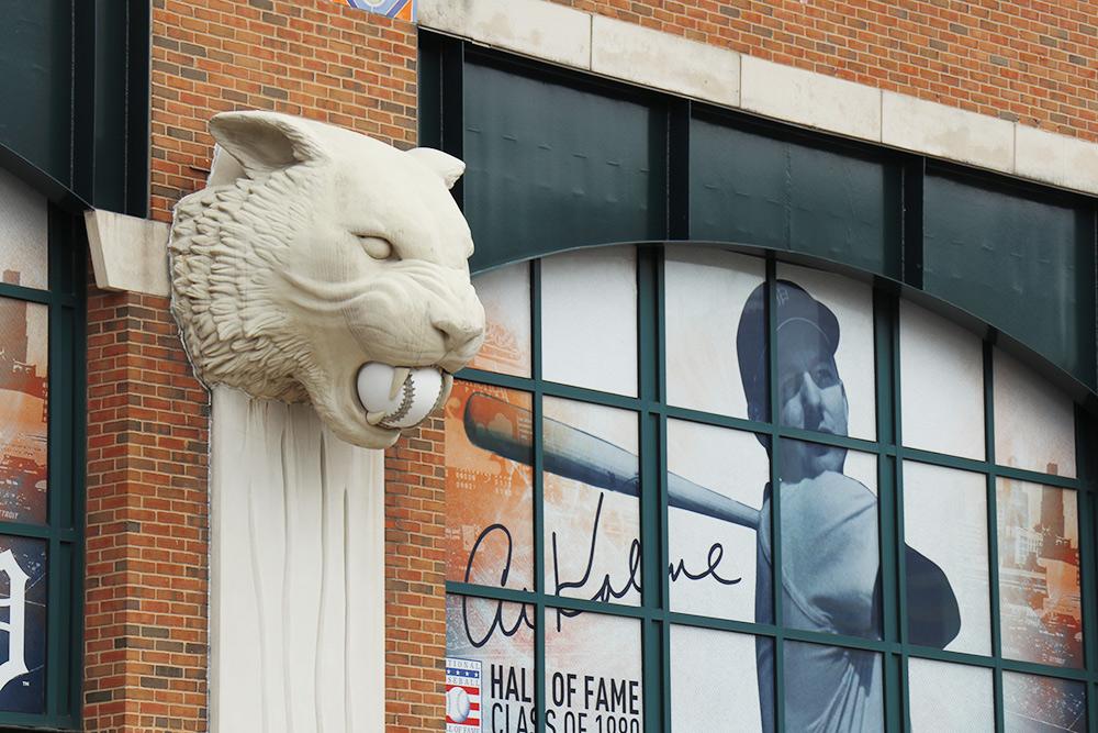 Стадион принадлежит команде Detroit Tigers. Здание по всему периметру украшено вот такими фигурами