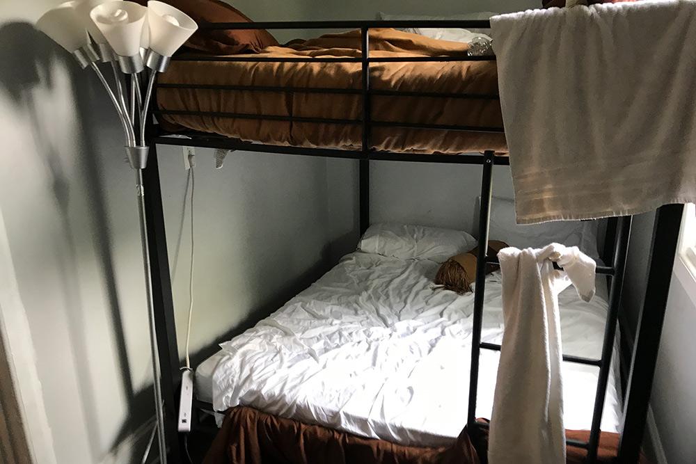 Ужасный номер в Чикаго. Я спала на втором ярусе. Кровать шаталась при малейшем движении. Я постоянно просыпалась от страха, что она сломается, я упаду вместе с этим ярусом на друзей и случайно убью их