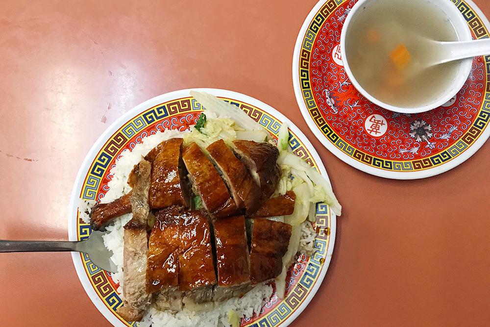 Утка, рис и суп в китайском квартале Чикаго. Все стоило около 8$ (512<span class=ruble>Р</span>), но суп я съесть не осмелилась: он странно выглядел и пах