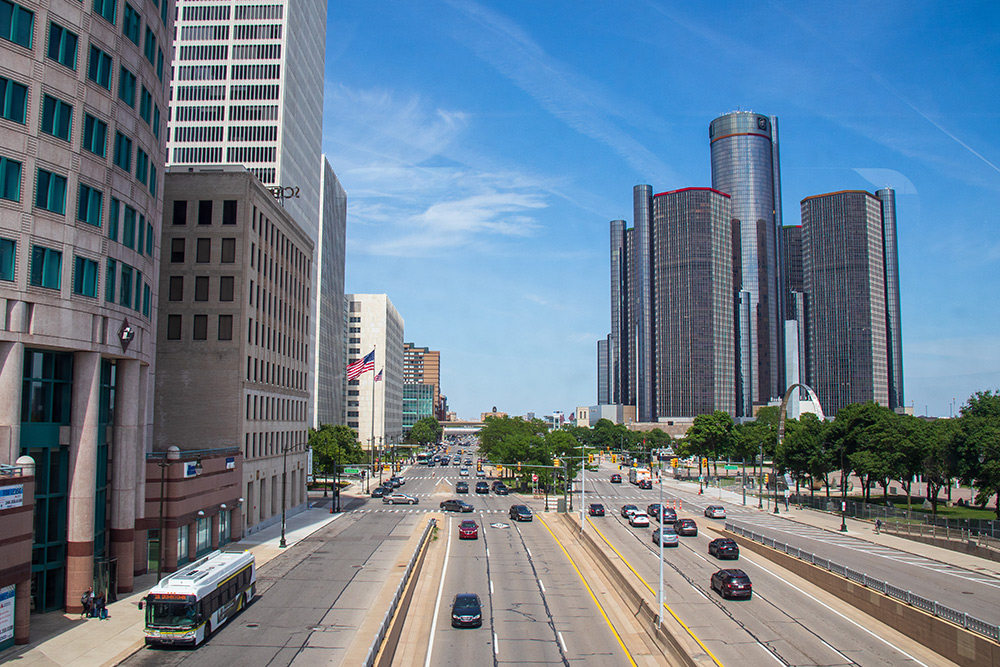 Справа на фото — штаб-квартира General Motors. Компания была основана в Детройте в 1908 году. В штаб-квартиру можно сходить на экскурсию