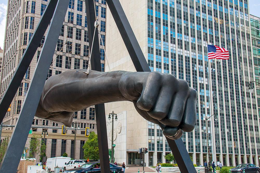 Памятник боксеру Джо Луису в Детройте за спортивные победы и борьбу за права черных