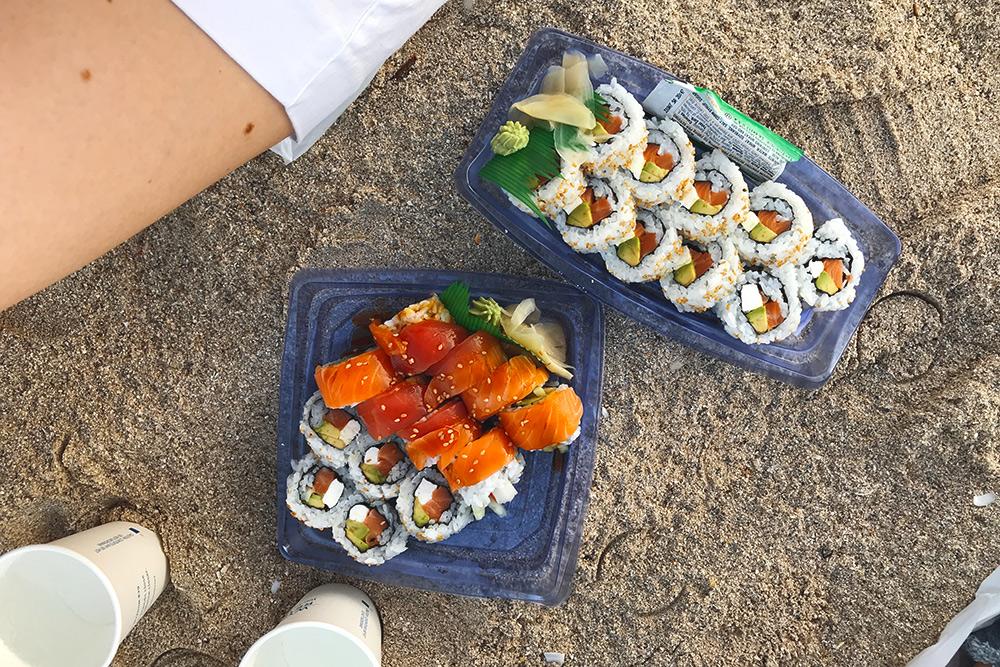 Ужин в Майами-Бич. Дешево поесть можно, если купить готовые суши в магазинах. Они вкусные и свежие — такие же подают во многих российских ресторанах. Порция сверху стоила 6$ (384<span class=ruble>Р</span>), снизу — 11$ (704<span class=ruble>Р</span>)