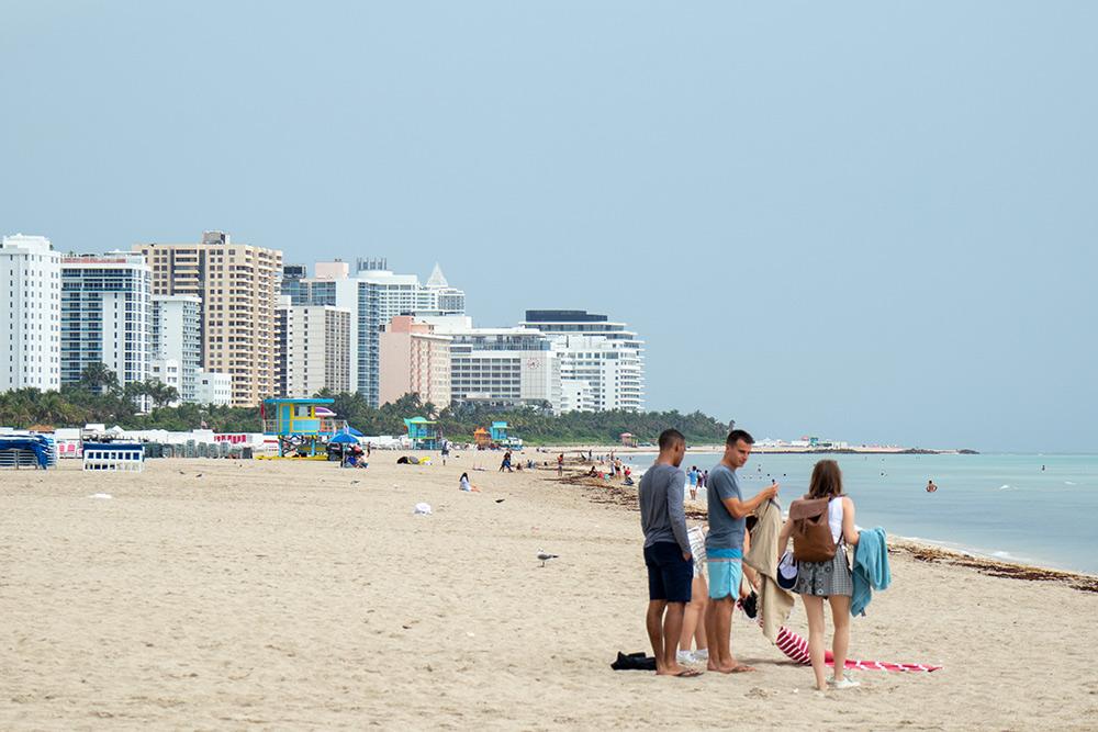 Мы прошли по пляжу в Майами-Бич около километра, но так и не нашли раздевалки. Мой друг до сих пор в голос смеется, когда вспоминает, как мы с подругой переодевались, прикрываясь полотенцем