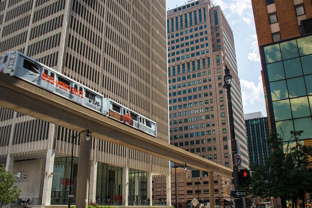 Еще в Детройте был People Mover. Если грубо переводить с английского, это означает «перемещатель людей». Он ходит по центру. Использовать его как средство передвижения не очень удобно, зато как экскурсионный поезд — вполне. Виды с него — шикарные