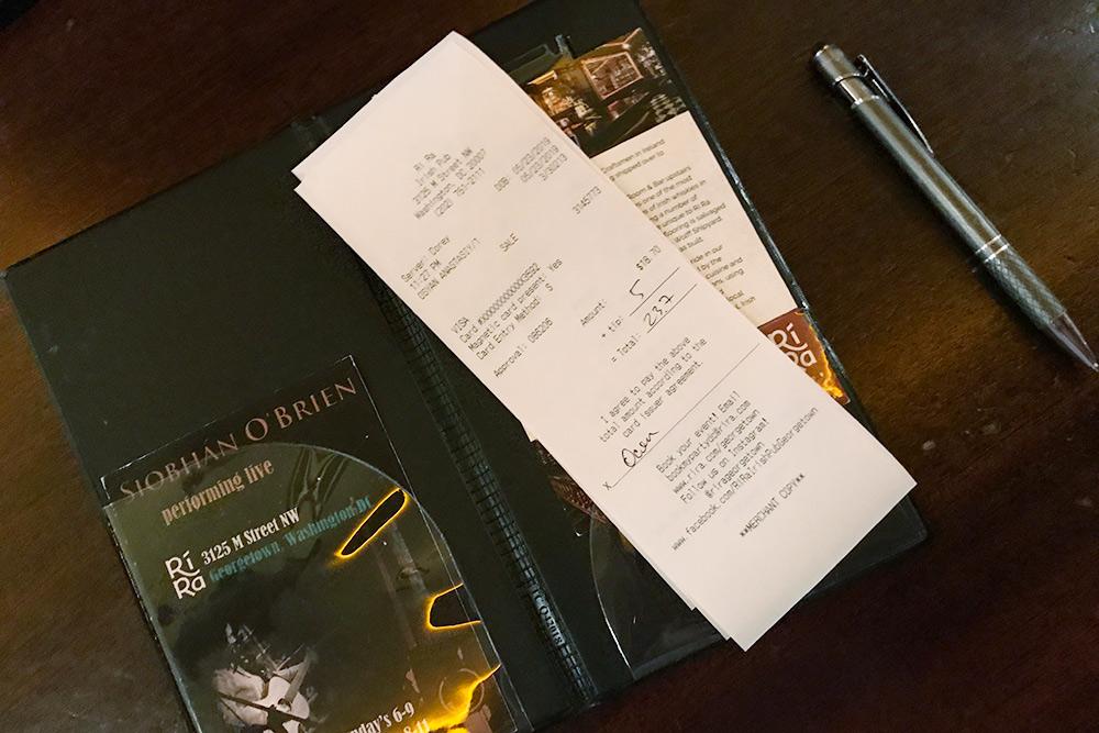 Если платите картой, чаевые могут попросить вписать в чек, а потом спишут со счета