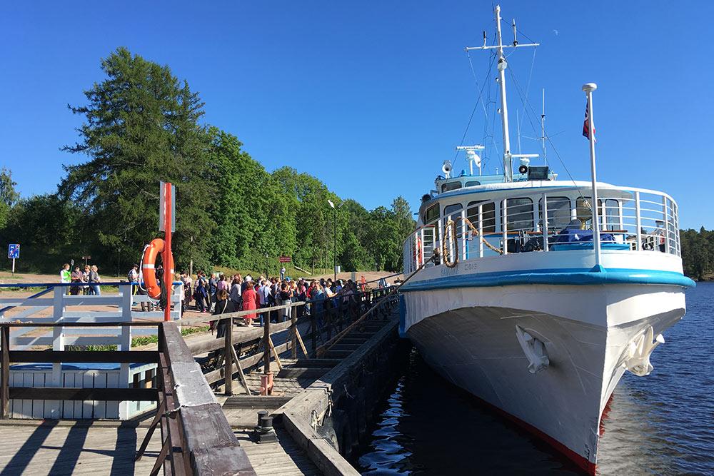 В Монастырскую бухту к Спасо-Преображенскому собору туристов круиза перевозит небольшой теплоход «Валаам»