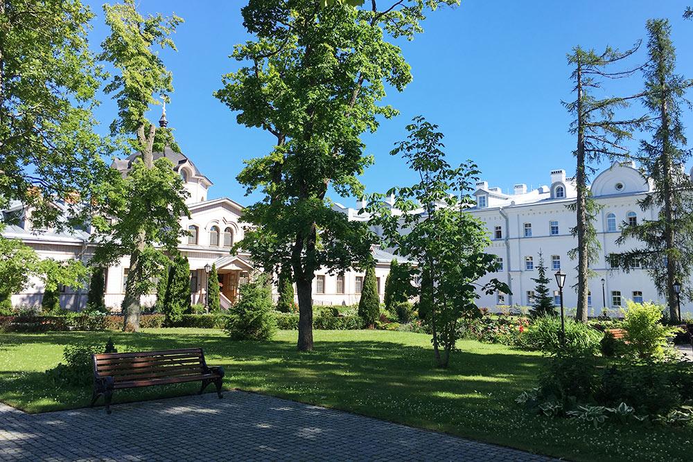 Сквер во дворе гостиницы «Славянская» и церкви Кирилла и Мефодия