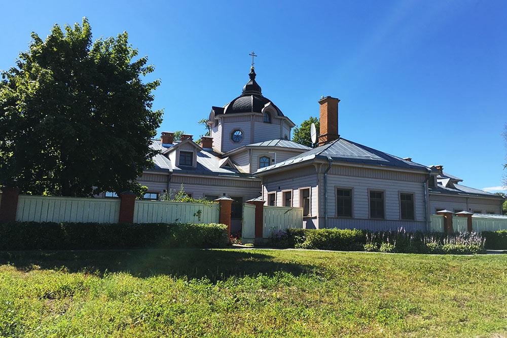 Поначалу я приняла за жилую усадьбу церковь Кирилла и Мефодия. Когда-то на этом месте была летняя гостиница, которая сгорела