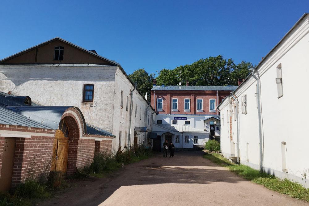 Внутренний двор за стенами собора. Впереди почта и пекарня