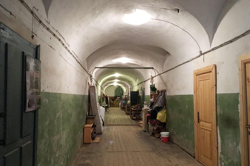 Это внутренний коридор келейной. Здесь живут монахи