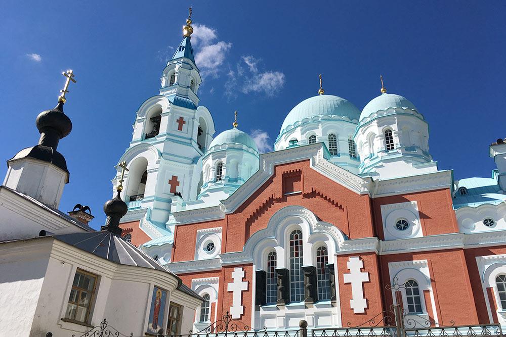 Пятиглавый ансамбль Спасо-Преображенского Вааламского собора хорошо узнаваем благодаря голубым куполам