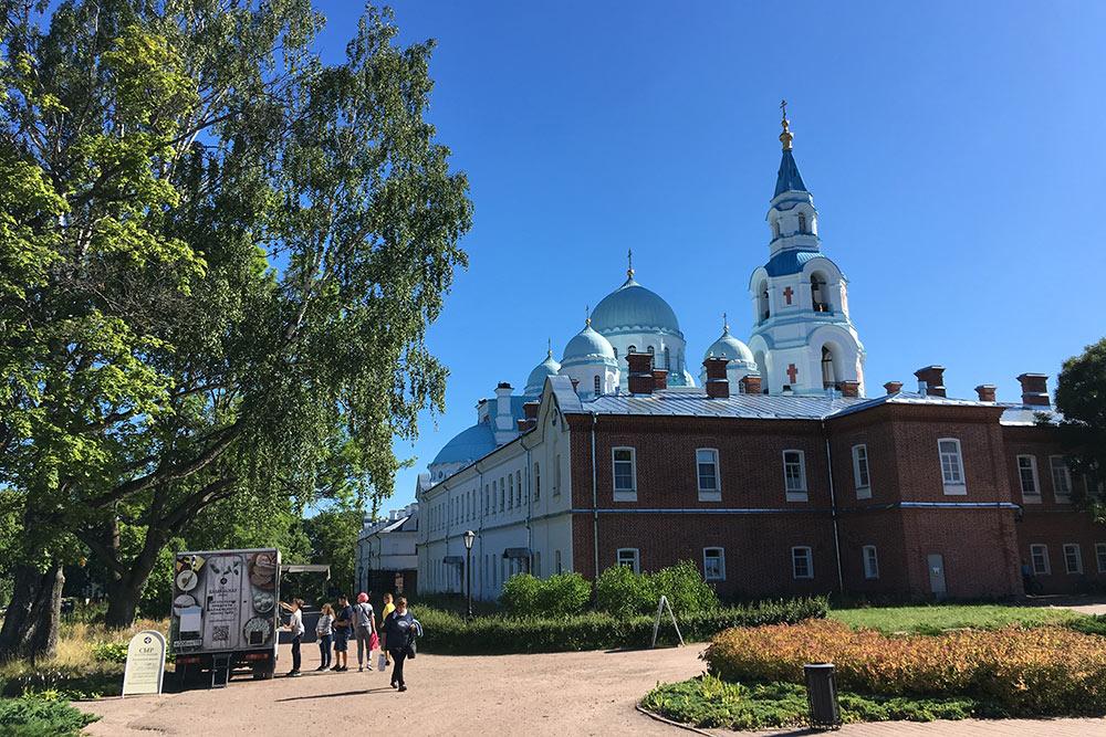 Вид на собор со стороны кафе «Монастырская трапеза». Очередь выстроилась за монастырским сыром