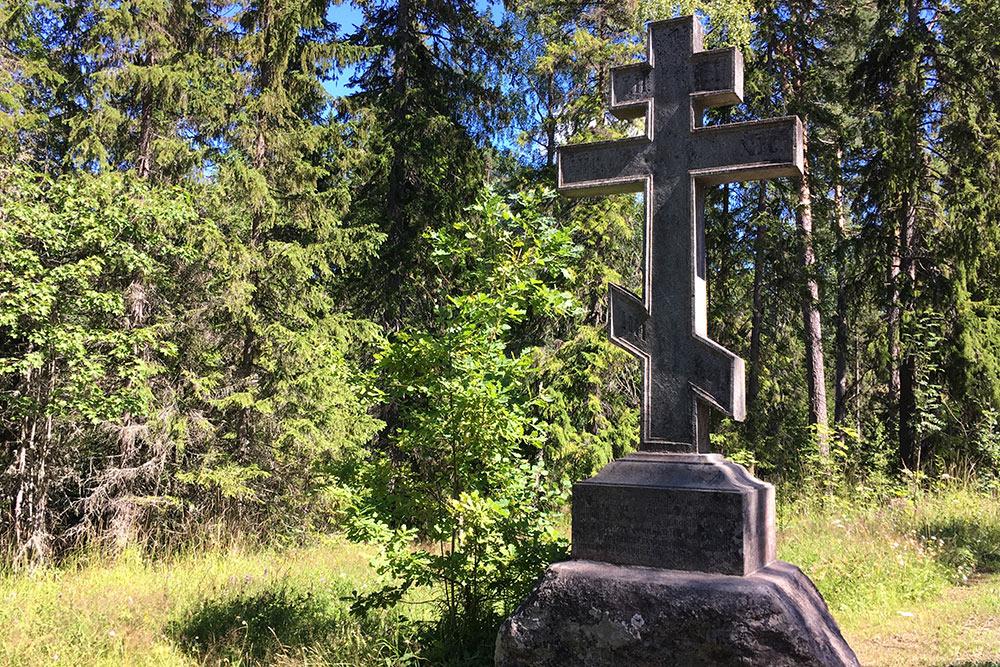 Поклонный крест у дороги — один из нескольких на Валааме