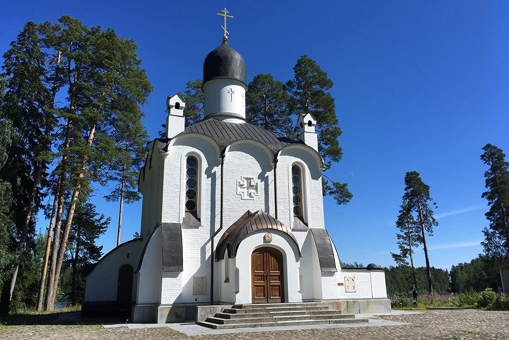 Смоленская церковь скита построена 100 лет назад и отреставрирована в начале 21 века. В 2020 году она закрыта длятуристов