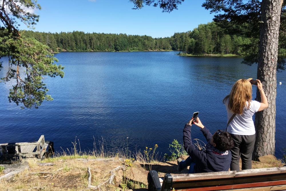 Сразу за церковью открывается вид на озеро. На Валааме множество мест, где хочется сидеть в тишине и покое часами. Но за время тура успеваешь присесть только на пять минут и сделать фото