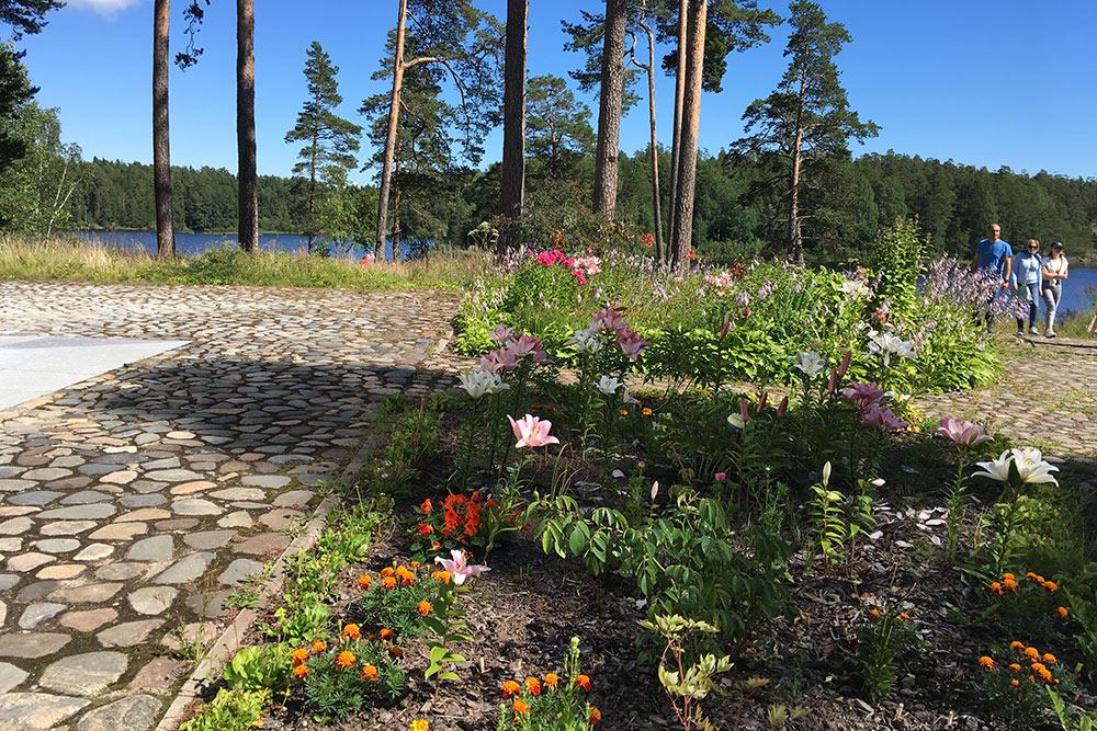 Летом на Валааме очень много цветов. Их высаживают монахи. Говорят, где-то даже растут орхидеи