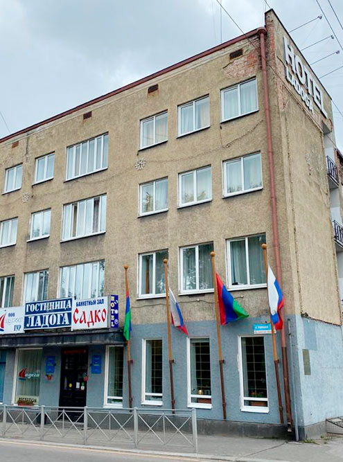 Гостиница «Ладога» выглядит сурово, но там работают душевные люди. Фото: Оксана Волкова
