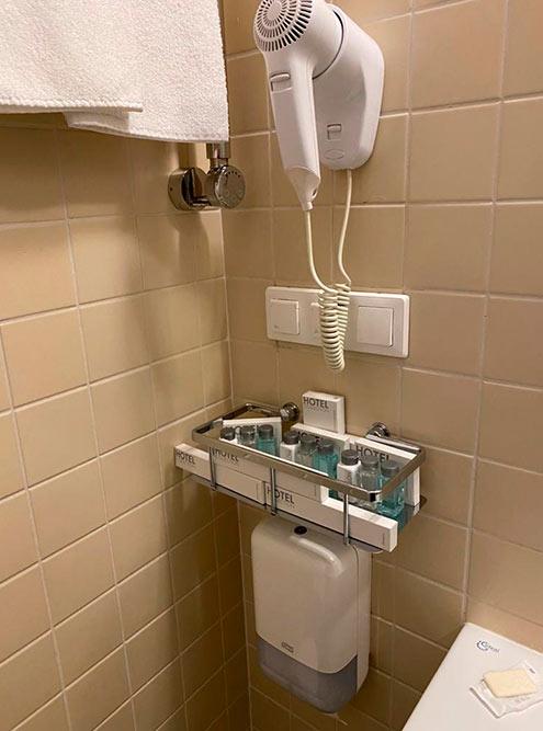 Отель дорогой, но косметика в ванной самая дешевая. В дождь можно полдня просидеть на балконе — видно не только соседние коттеджи, но и озеро с лесом. Фото: Оксана Волкова
