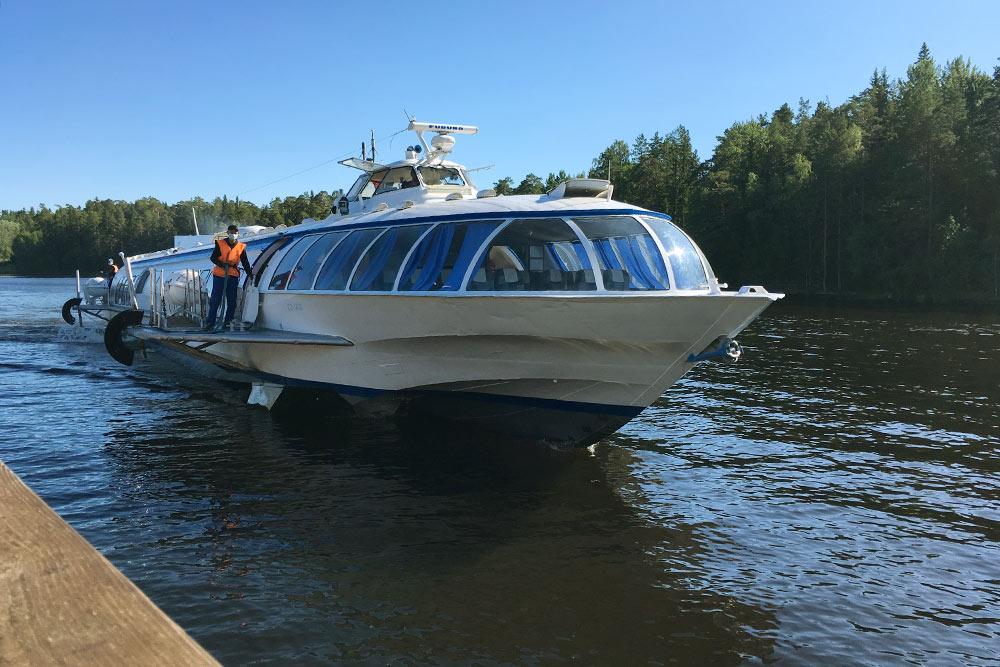 Мы взяли экскурсию с проездом в Никоновскую бухту за 3500<span class=ruble>Р</span>. Наш «Метеор» назывался «Игумен Назарий»