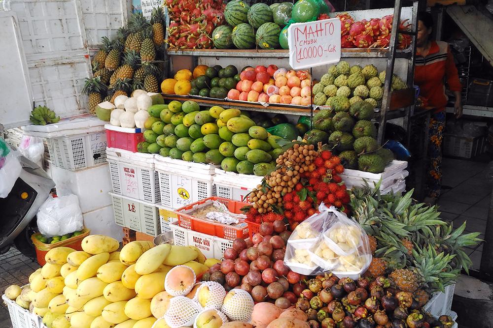 Фруктовая точка в Нячанге с ценниками на русском. Здесь можно купить фрукты с собой или выпить фруктовый шейк