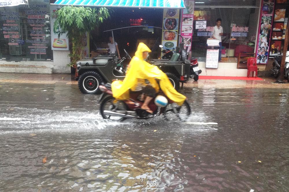 Фото сделано в Нячанге в ноябре. Улицу быстро затопило, но уже через несколько часов вода ушла