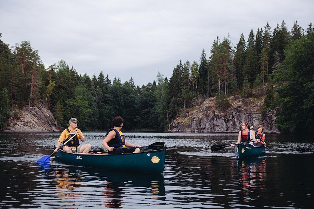 Каякинг в нацпарке «Нууксио». Каяк, или байдарка, — традиционная гребная промысловая лодка народов Арктики. В ней может быть до трех мест. Источник: outdoors_finland / Flickr