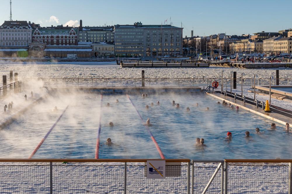 Зимой в Финляндии не только ныряют в прорубь, но и плавают в Балтийском море. В Хельсинки есть круглогодичный бассейн «Аллас», где вода с подогревом и без — для смелых. Источник: ninara / Flickr