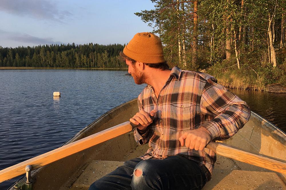 Рыбачу на лодке с новым другом из Италии. В тот вечер мы ничего не поймали, хотя в озере есть рыба