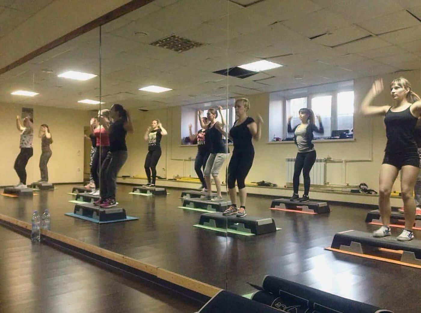 Так выглядит групповая тренировка по степ-аэробике. Тренер показывает упражнения и занимается вместе со всеми. Я обычно стою впереди группы, чтобы меня все видели