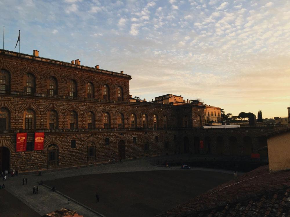Так выглядит Палаццо Питти, дворец с крупнейшими картинными галереями Флоренции: Палатинская галерея, где можно увидеть работы Рафаэля, Тициана, Тинторетто и Караваджо; Галерея современного искусства; Галерея костюма