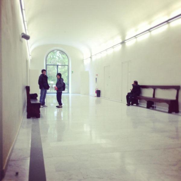 Так выглядит здание факультета изнутри: типичные университетские коридоры