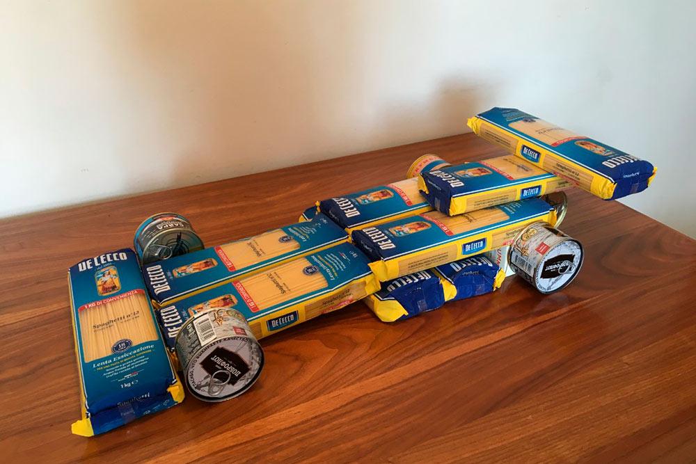 Этот гоночный автомобиль я сделала из продуктов, которые мы закупили на случай дефицита. Так что запасы еще и помогают проявить себя в творчестве