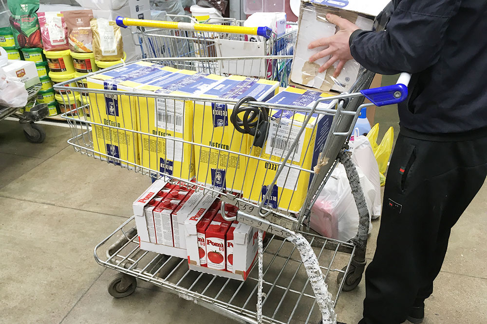 Коробок было очень много, поэтому продавцы на рынке помогали довезти покупки на тележке до машины