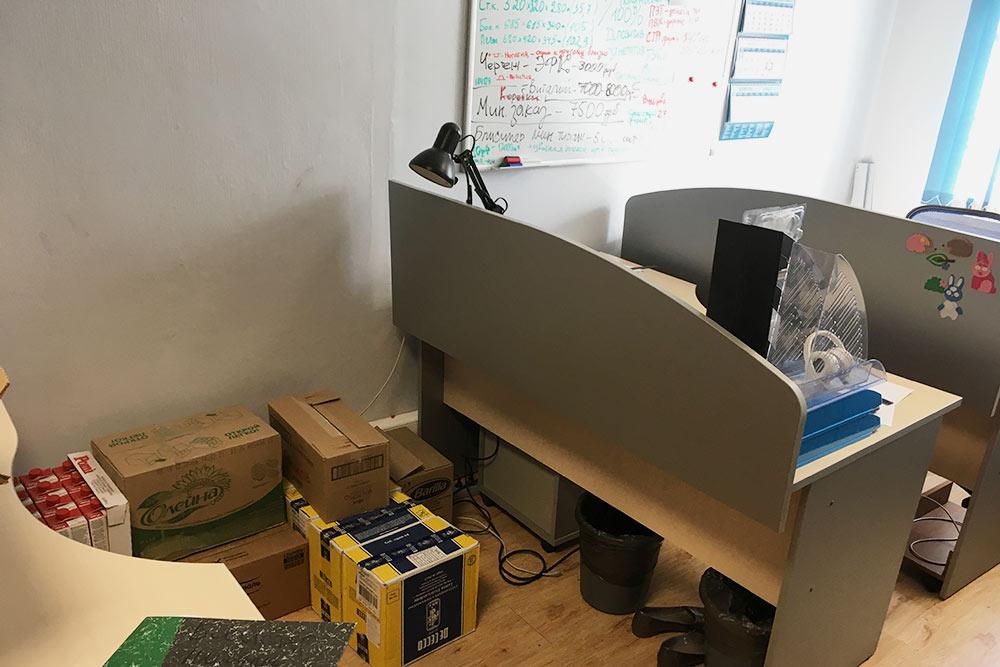Пока сотрудники нашего друга работали удаленно, так выглядел его офис — стал складом