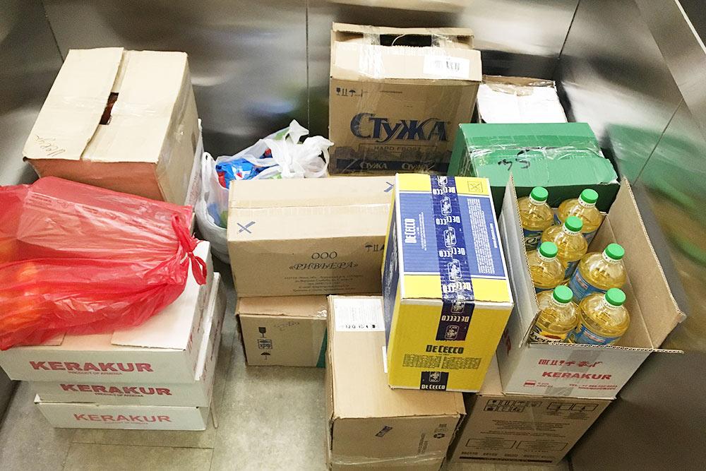 Когда мы забирали продукты домой, коробки заняли весь лифт